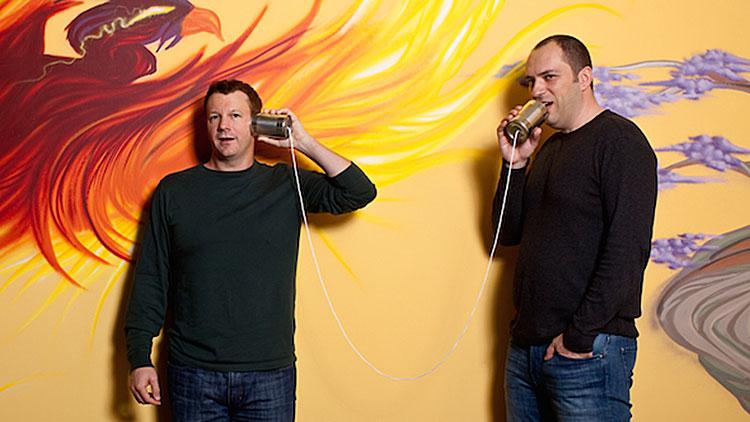 Brian Acton und Jan Koum im Büro
